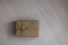 Contenitore di regalo d'annata di Brown su fondo di legno - filtri l'elaborazione Immagini Stock Libere da Diritti