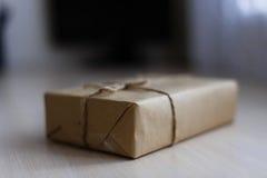 Contenitore di regalo d'annata di Brown su fondo di legno - filtri l'elaborazione fotografia stock
