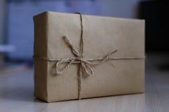 Contenitore di regalo d'annata di Brown su fondo di legno - filtri l'elaborazione Fotografia Stock Libera da Diritti