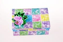 Contenitore di regalo decorativo con l'arco verde Fotografie Stock Libere da Diritti