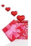 Contenitore di regalo dei biglietti di S. Valentino con i cuori rossi che galleggiano fuori Fotografia Stock Libera da Diritti