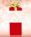 Contenitore di regalo dei biglietti di S. Valentino di sorpresa Fotografia Stock Libera da Diritti