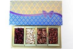 Contenitore di regalo dei dadi e di frutta secca Immagine Stock