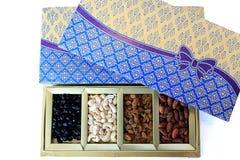 Contenitore di regalo dei dadi e di frutta secca Fotografia Stock
