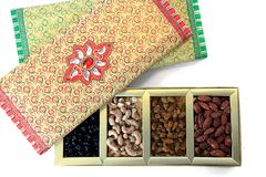 Contenitore di regalo dei dadi e di frutta secca Immagine Stock Libera da Diritti
