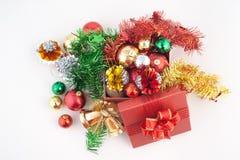 Contenitore di regalo del buon anno e di Natale con le decorazioni e palla di colore isolata su fondo bianco Immagini Stock