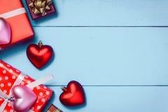 Contenitore di regalo del cuore di rossi carmini di vista superiore fotografia stock