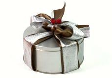 Contenitore di regalo del metallo con il bello arco Fotografia Stock