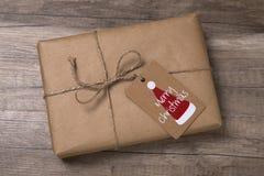 Contenitore di regalo del nuovo anno o di Natale avvolto in carta kraft con lo spazio in bianco Fotografie Stock