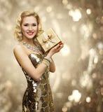 Contenitore di regalo del presente della donna di VIP, retro signora Sparkling Gold Dress Immagini Stock Libere da Diritti