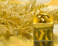Contenitore di regalo dell'oro fotografia stock