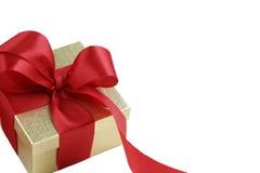 Contenitore di regalo dell'oro con l'arco rosso del raso Immagine Stock Libera da Diritti