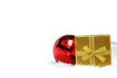 Contenitore di regalo dell'oro e palla rossa dello specchio Fotografia Stock