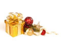 Contenitore di regalo dell'oro di Natale isolato su fondo bianco immagine stock libera da diritti