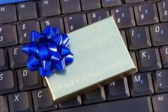 Contenitore di regalo della festa su una tastiera Fotografie Stock Libere da Diritti