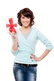 Contenitore di regalo della holding della donna di smiley Fotografia Stock Libera da Diritti