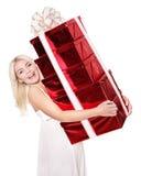 Contenitore di regalo della pila della holding della ragazza. Fotografia Stock Libera da Diritti