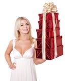 Contenitore di regalo della pila della holding della ragazza. Immagine Stock