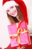 Contenitore di regalo della tenuta della donna Tempo di natale Fotografia Stock