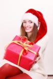 Contenitore di regalo della tenuta della donna Tempo di natale Immagine Stock