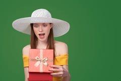Contenitore di regalo di apertura della donna Fotografie Stock
