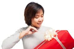 Contenitore di regalo di apertura della donna con il fronte di sorriso Fotografia Stock