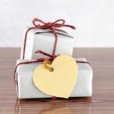 Contenitore di regalo di Brown con la carta di etichetta del cuore Fotografia Stock Libera da Diritti