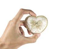 contenitore di regalo di forma del cuore della tenuta dell'uomo Fotografie Stock Libere da Diritti