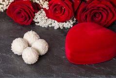 Contenitore di regalo di forma del cuore e mazzo delle rose rosse Immagine Stock