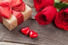 Contenitore di regalo di giorno di biglietti di S. Valentino, rose e cuori della caramella immagini stock libere da diritti