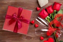Contenitore di regalo di giorno di biglietti di S. Valentino, rose e vetri del champagne Immagini Stock Libere da Diritti