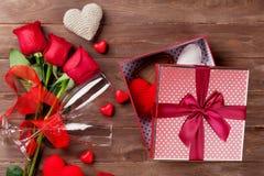 Contenitore di regalo di giorno di biglietti di S. Valentino, rose e vetri del champagne Fotografia Stock Libera da Diritti