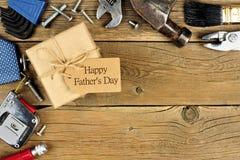 Contenitore di regalo di giorno di padri con il confine degli strumenti su legno Fotografia Stock