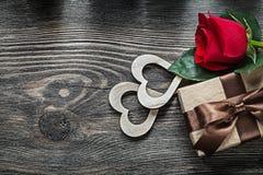 Contenitore di regalo di legno della rosa rossa dei cuori sul conce di legno di celebrazioni del bordo Fotografia Stock