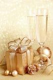 Contenitore di regalo di natale con i vetri Fotografia Stock
