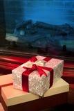 Contenitore di regalo di Natale con il nastro rosso Immagine Stock