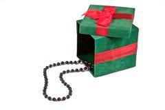 Contenitore di regalo di natale con la collana Immagini Stock