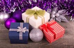 Contenitore di regalo di natale con la decorazione Immagine Stock Libera da Diritti