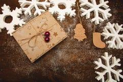 Contenitore di regalo di Natale con la figura di legno Fotografia Stock Libera da Diritti