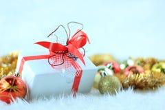 Contenitore di regalo di natale con le sfere di natale fotografia stock libera da diritti