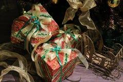 contenitore di regalo di natale con un arco del nastro dell'oro Fotografie Stock Libere da Diritti