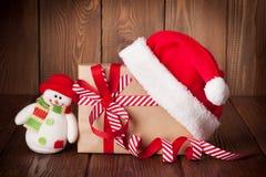 Contenitore di regalo di natale e cappello della Santa Fotografie Stock Libere da Diritti