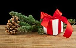 Contenitore di regalo di Natale e ramo di albero dell'abete immagine stock