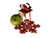 Contenitore di regalo di natale, ornamenti e fiocco di neve fotografie stock libere da diritti