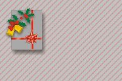Contenitore di regalo di natale su colore rosso e sulla priorità bassa dell'argento Fotografia Stock Libera da Diritti