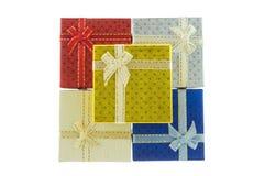 Contenitore di regalo di 5 Natali messo su fondo bianco Fotografia Stock