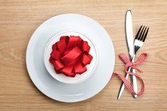 Contenitore di regalo di San Valentino sul piatto e sull'argenteria Immagini Stock