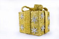Contenitore di regalo dorato con i fiocchi di neve dell'argento e del nastro - isolati su bianco Fotografie Stock Libere da Diritti