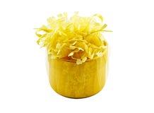 Contenitore di regalo dorato con il nastro dorato fotografia stock libera da diritti