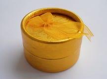 Contenitore di regalo dorato con l'arco del nastro immagini stock libere da diritti
